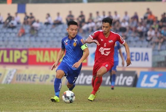 Vũ Minh Tuấn thắng Đinh Thanh Trung trong cuộc so tài giữa hai thủ lĩnh trong cuộc đối đầu trện sân Tam Kỳ. Ảnh: Viết Định