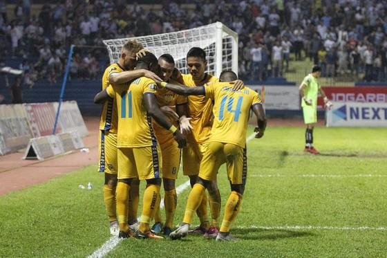Niềm vui của đội Thanh Hóa khi thoát khỏi vị trí cuối bảng. Ảnh: MINH HOÀNG