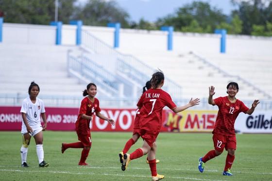 Niềm vui của đội Việt Nam sau khi ghi bàn vào lưới Myanmar. Ảnh: Đoàn Nhật