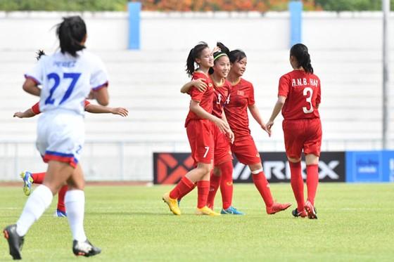 Đồng đội chia vui cùng Nhật Lan (7) sau khi ghi bàn thắng. Ảnh: NHẬT ĐOÀN
