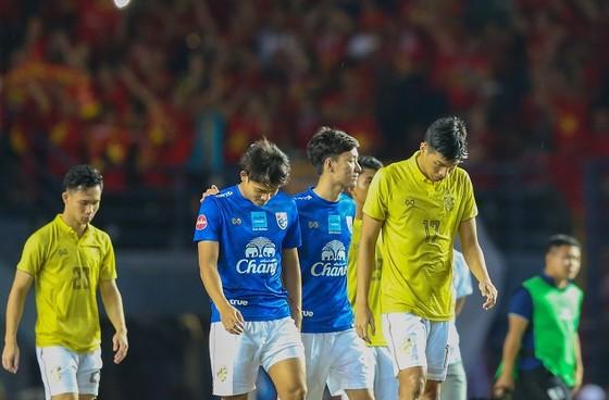 Thái Lan lặng lẽ rời sân sau trận đấu. Ảnh: Dũng Phương