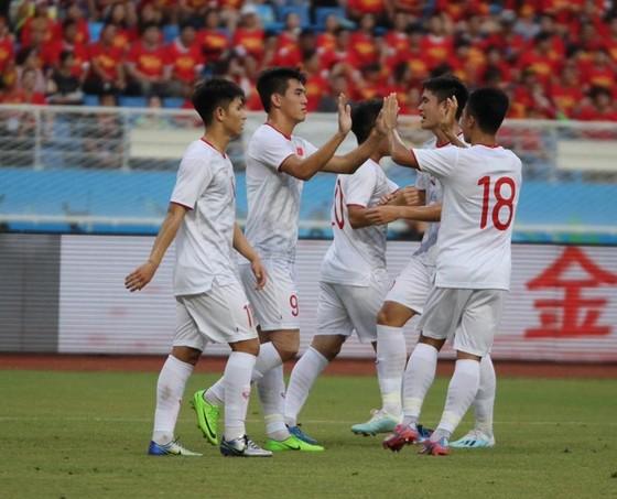 """Tiến Linh lập cú đúp, HLV Park đánh bại """"đàn anh"""" Hiddink tại Trung Quốc ảnh 1"""