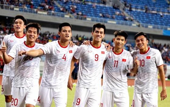 Các cầu thủ U22 Việt Nam tỏa sáng trong cuộc so tài cùng U22 Trung Quốc. Ảnh: Đoàn Nhật
