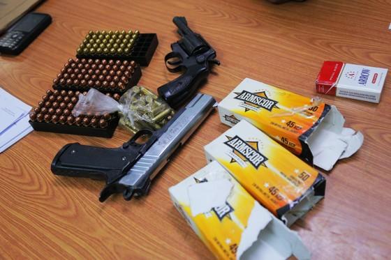 Bắt giữ 1 thuyền viên vận chuyển súng quân dụng và hàng trăm viên đạn ảnh 1