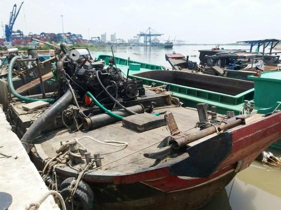"""Bắt giữ ghe gắn vòi """"bạch tuộc"""" hút cát trên sông Đồng Nai ảnh 1"""