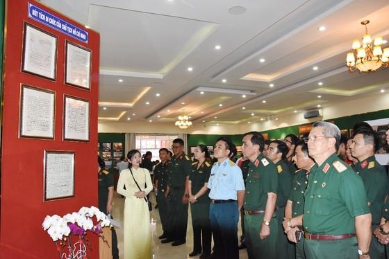 """Triển lãm ảnh """"Lực lượng vũng trang Quân khu 7 – 50 năm thực hiện Di chúc của Chủ tịch Hồ Chí Minh"""" ảnh 2"""