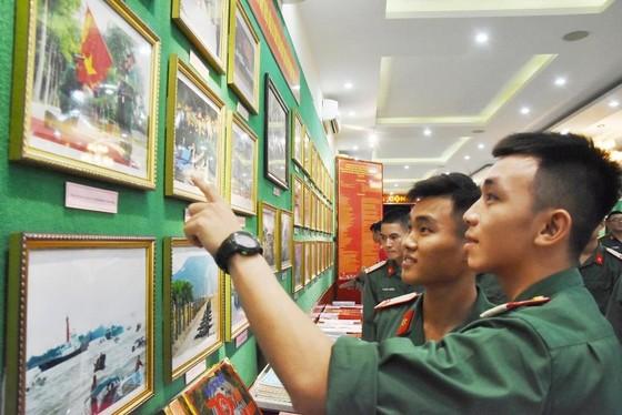 """Triển lãm ảnh """"Lực lượng vũng trang Quân khu 7 – 50 năm thực hiện Di chúc của Chủ tịch Hồ Chí Minh"""" ảnh 4"""