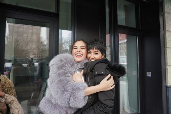 H'Hen Niê tái ngộ đương kim Miss Universe Catriona Gray tại New York Fashion Week ảnh 2