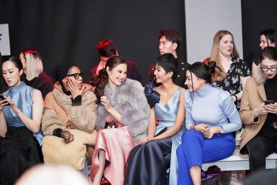 H'Hen Niê tái ngộ đương kim Miss Universe Catriona Gray tại New York Fashion Week ảnh 5