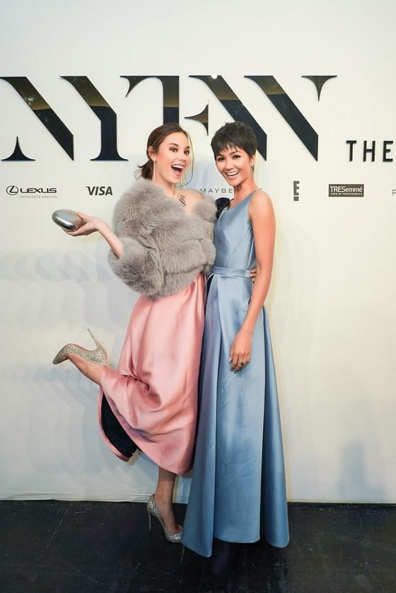 H'Hen Niê tái ngộ đương kim Miss Universe Catriona Gray tại New York Fashion Week ảnh 1
