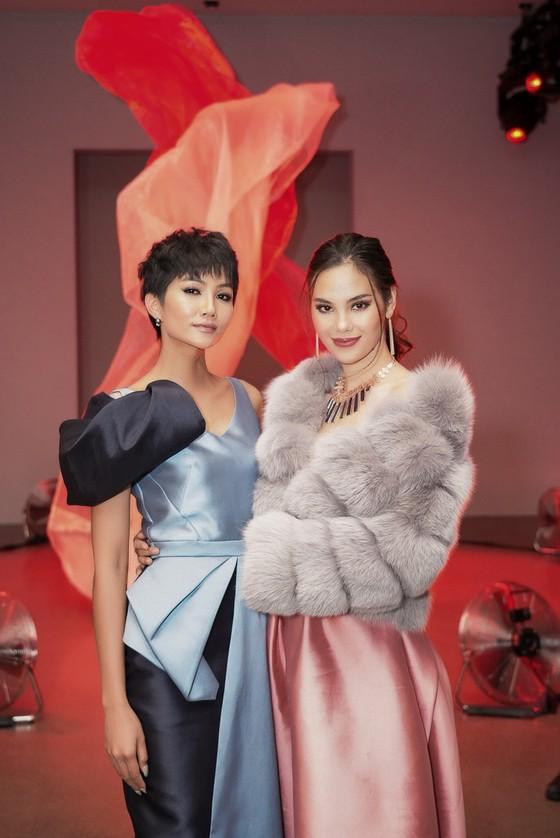 H'Hen Niê tái ngộ đương kim Miss Universe Catriona Gray tại New York Fashion Week ảnh 4