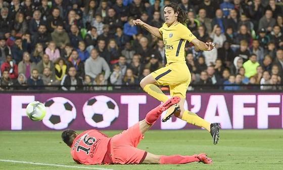 Edinson Cavani lập cú đúp vào lưới chủ nhà Metz