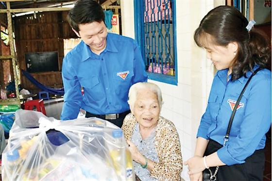 Chi đoàn Công ty XSKT Đồng Tháp thăm và tặng quà mẹ Việt Nam anh hùng nhân Ngày Thương binh Liệt sĩ 27-7 ảnh 2