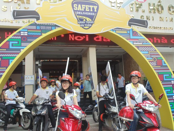 Hơn 1.000 sinh viên diễu hành tuyên truyền không sử dụng điện thoại khi lái xe ảnh 1
