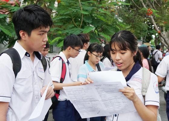 Các thí sinh trao đổi sau khi hoàn tất đề thi môn toán tại điểm thi Trường THPT Lê Thánh Tôn, quận 7. Ảnh: Hoàng Hùng