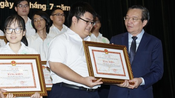 TPHCM tuyên dương, khen thưởng 618 học sinh giỏi tiêu biểu ảnh 2