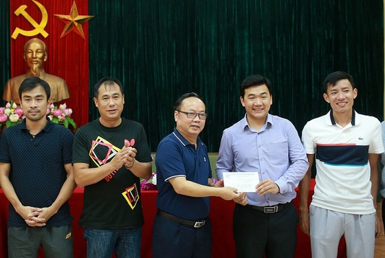 Đại diện Liên đoàn bóng bàn Việt Nam trao thưởng cho HLV, VĐV bóng bàn Việt Nam. Ảnh: NGỌC HẢI