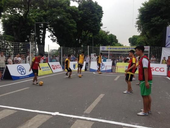 Các cầu thủ nghiệp dư ra thi đấu bóng đá đường phố ngay tại phố đi bộ. Nguồn: CLBHN