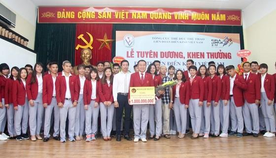 Đội điền kinh Việt Nam đã được nhận thưởng kịp thời. Ảnh: NGỌC HẢI