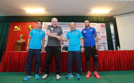 HLV Park Hang Seo và người đồng nghiệp tại tuyển Afghanistan đều muốn có kết quả tốt. Ảnh: MINH HOÀNG