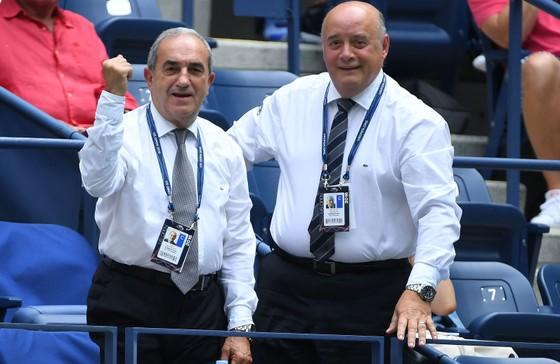 Chủ tịch FFT Bernard Giudicelli (phải) quyết định không trao suất wild-card cho Maria Sharapova
