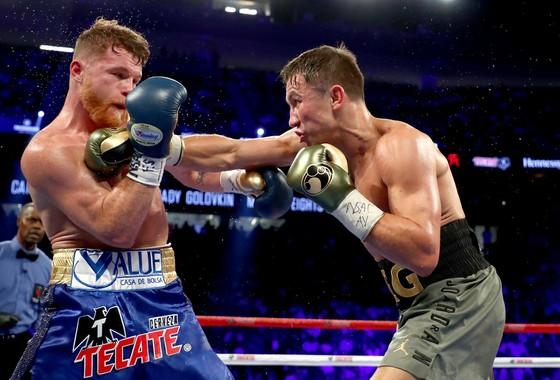 """Saul Alvarez (trái) và Gennady Golovkin """"bất phân thắng bại"""" sau một trận đấu hấp dẫn"""