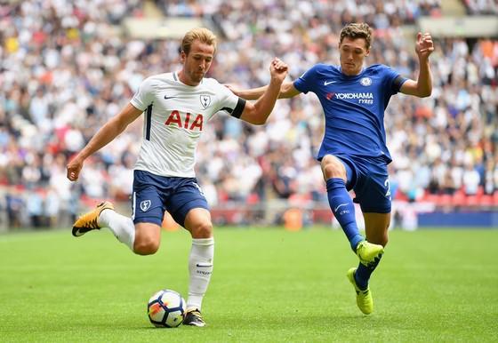 Andreas Christensen (phải) đang chơi khá ấn tượng trong màu áo của Chelsea