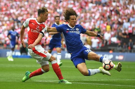 David Luiz (phải) có thể sẽ được Conte đẩy lên vị trí tiền vệ trong các trận đấu sắp tới