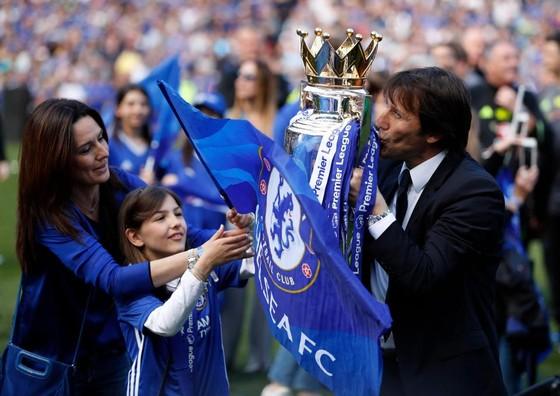 Vợ và con gái ăn mừng ngôi vô địch Premier League cùng với Conte