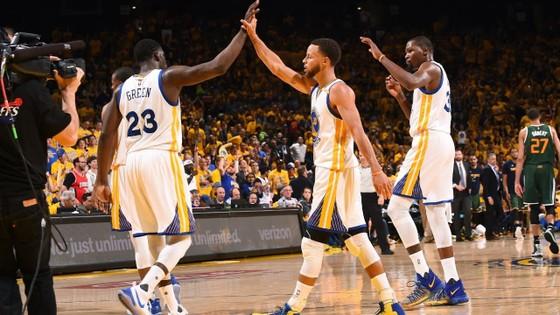 Warriors thua đau trong ngày khai mạc NBA mùa giải 2017-2018