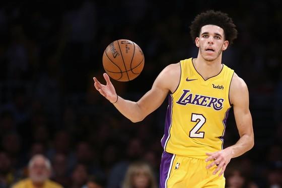 Ngồi ngoài sân trong hiệp 4, Lonzo Ball vẫn truyền cảm hứng chiến thắng cho LA Lakers