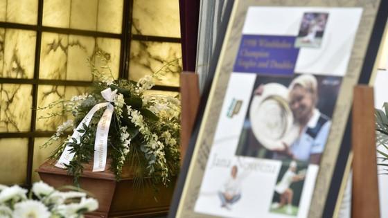 Hoa và hình ảnh tưởng niệm trong lễ tang của Novotna