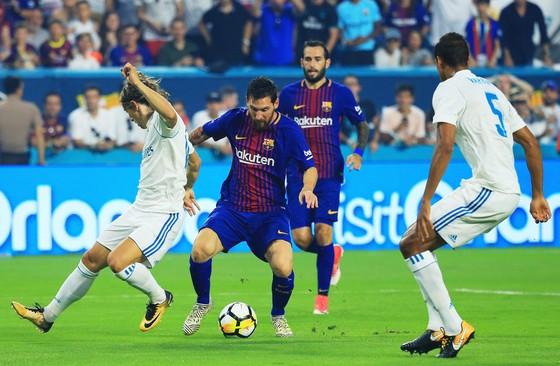 Lionel Messi (giữa, Barcelona) đi bóng qua Luka Modric (Real Madrid) ở sân Hard Rock (Miami) trong cúp ICC. Ảnh: Getty Images.