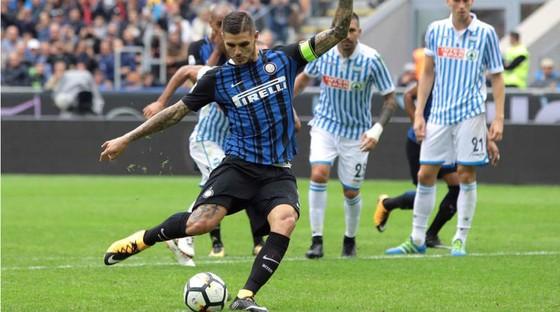 Mauro Icardi sút thắng quả 11m cho Inter. Ảnh: Four Four Two