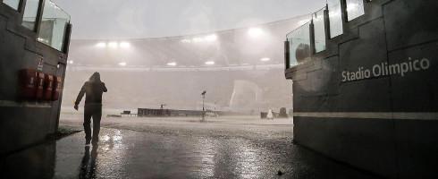 Sân Olimpico vẫn đang mưa và gió lớn. Ảnh: EPA