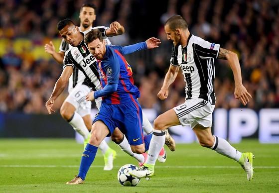 Không còn Leonardo Bonucci (phải), Juventus khó lòng ngăn cản được Leo Messi (Barcelona). Ảnh: Getty Images.