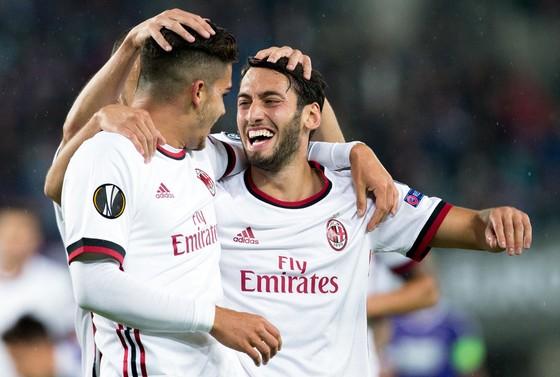 Andre Silva (trái) và Hakan Calhanoglu ăn mừng bàn thắng. Ảnh: Getty Images.
