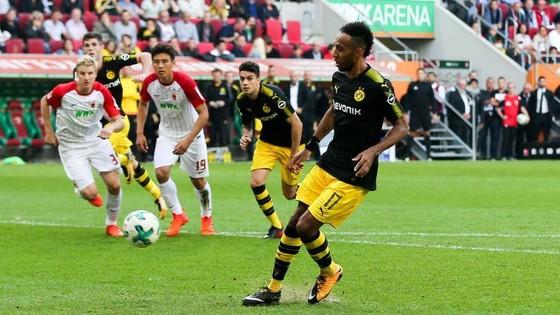 Tiền đạo Aubameyang sút hỏng quả 11m nhưng Dortmund vẫn thắng trên sân Augsburg. Ảnh: Getty Images