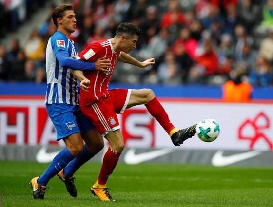 Tiền đạo Robert Lewandowski (phải, Bayern) ghi bàn thắng thứ 2 ngay sau giờ giải lao. Ảnh: Getty Images.