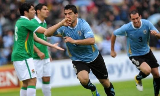 Luis Suarez (giữa) ghi bàn cho Uruguay trước Bolivia. Ảnh: Getty Image.