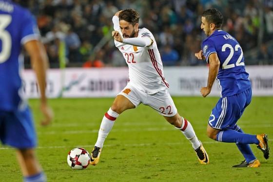 Tiền vệ dự bị Isco đi bóng trước hàng thủ Israel. Ảnh: Getty Images.