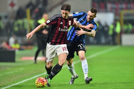 Riccardo Montolivo (trái, AC Milan) đi bóng qua Marcelo Brozovic (Inter Milan). Ảnh: Getty Images.