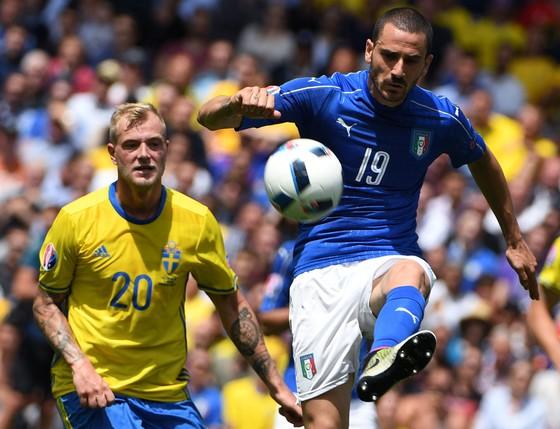 Trung vệ Leonardo Bonucci (phải, Italia) phá bóng trược tiền đạo John Guidetti (Thụy Điển). Ảnh: Getty Images.