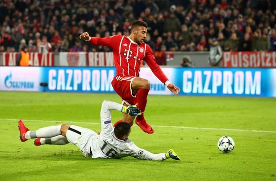 Corentin Tolisso (Bayern Munich) đối mặt thủ thành Alphonse Areola (Paris SG). Ảnh: Getty Images.