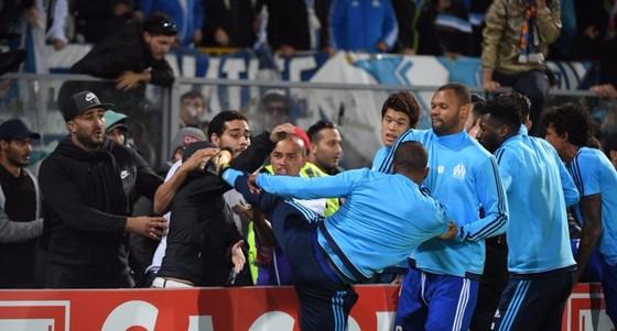 """Evra """"tung cước"""" khán giả, nhận thẻ đỏ trước trận đấu"""
