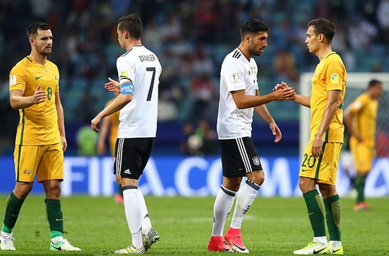 Australia (áo vàng) không thể tạo nên bất ngờ trước các cầu thủ Đức. Ảnh: DAILYMAIL