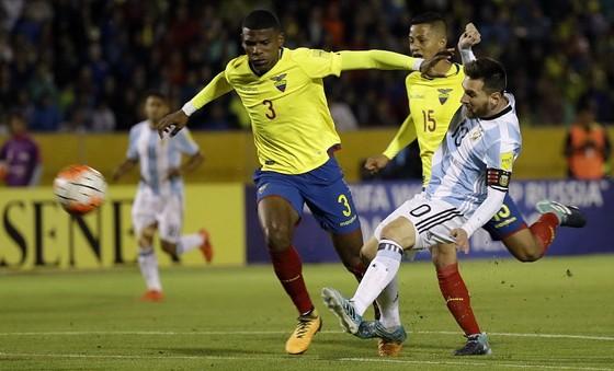 Messi (phải) ghi bàn ấn định chiến thắng 3 - 1 cho Argentina. Ảnh: AP