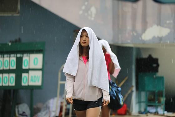 Các tay vợt phải dừng trận đấu vì trời mưa