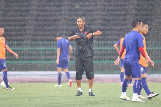 """Thầy trò đội tuyển Việt Nam """"luyện công"""" dưới mưa (ảnh: HỮU THÀNH)"""