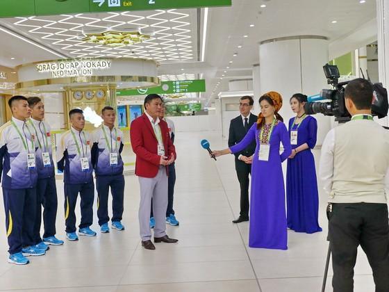 Truyền hình Turkmenistan phỏng vấn lãnh đội Trần Anh Tú ngay khi vừa xuống sân bay